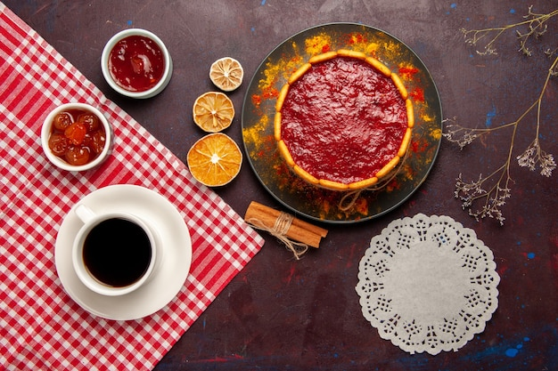 トップビューダークデスクにコーヒーとフルーツジャムを添えたおいしいデザートケーキビスケットシュガークッキーケーキデザートスイート