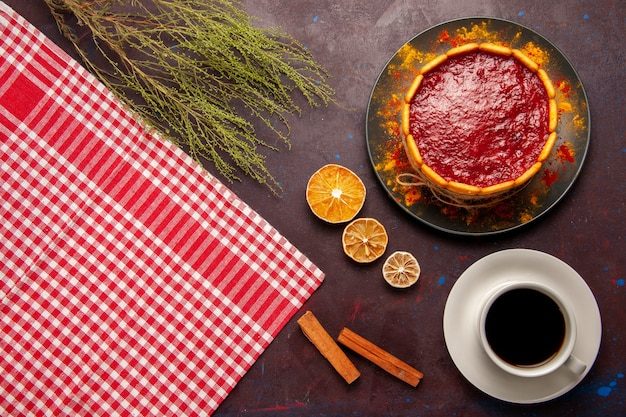 暗い背景に一杯のコーヒーとおいしいデザートケーキの上面図ビスケットシュガー甘いケーキデザートクッキー