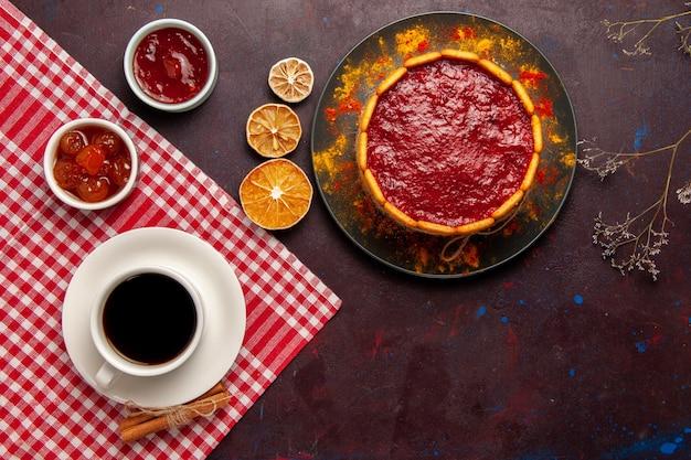 暗い机の上にコーヒーを入れたトップビューのおいしいデザートケーキビスケットシュガークッキーケーキデザートスイート