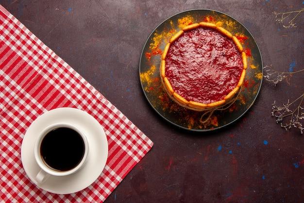 暗い机の上のコーヒーのカップとおいしいデザートケーキの上面図ビスケットシュガークッキーケーキデザート甘い