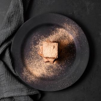 Vista dall'alto delizioso dessert ricoperto di cacao