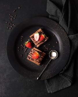 Вид сверху вкусный десерт с клубникой