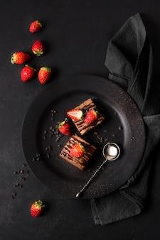 Vista dall'alto delizioso dessert con fragole