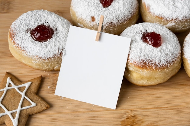 Вид сверху вкусные пончики с копией пространства для варенья