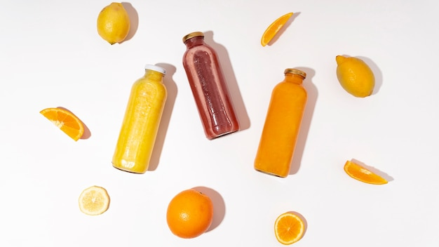 Вид сверху вкусные напитки с фруктами