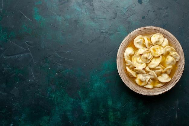 Vista dall'alto deliziosa zuppa di gnocchi su uno sfondo verde scuro pasta alimentare carne e verdure zuppa