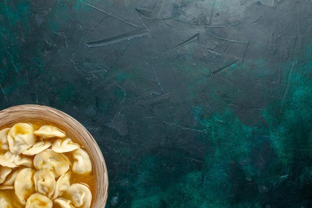 Vista dall'alto deliziosa zuppa di gnocchi sulla zuppa di verdure di carne di pasta alimentare da scrivania verde scuro