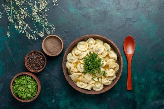 暗い背景のスープ生地野菜食品にさまざまな調味料と緑のトップビューおいしい餃子スープ