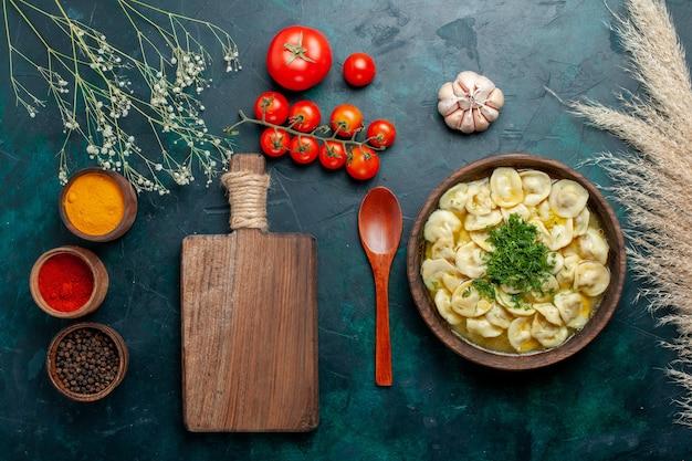 Vista dall'alto deliziosa zuppa di gnocchi con diversi condimenti su cibo vegetale di pasta di zuppa di carne da scrivania verde scuro