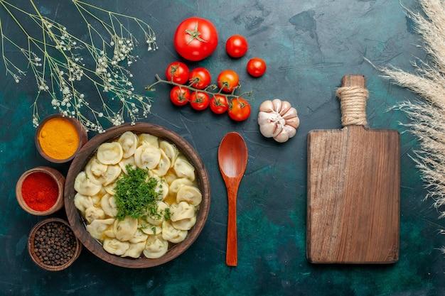 Vista dall'alto deliziosa zuppa di gnocchi con diversi condimenti su cibo a base di carne vegetale di pasta per minestra verde scuro