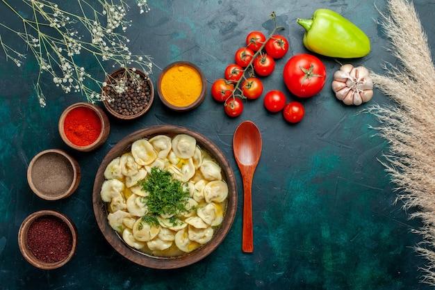 Vista dall'alto deliziosa zuppa di gnocchi con diversi condimenti su cibo vegetale di pasta di zuppa di carne pavimento verde scuro