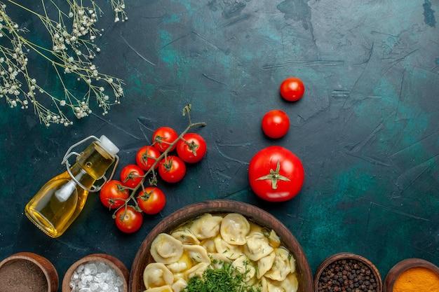 Vista dall'alto una deliziosa zuppa di gnocchi con diversi condimenti su zuppa di farina di pasta di superficie verde scuro