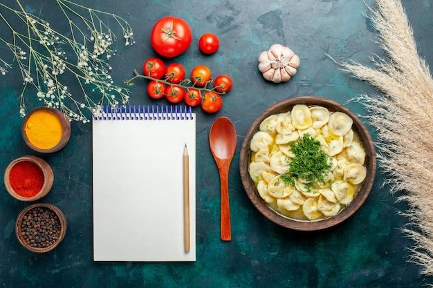 Vista dall'alto deliziosa zuppa di gnocchi con diversi condimenti su cibo vegetale di pasta di zuppa di carne superficie verde scuro