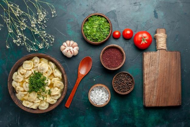 Vista dall'alto deliziosa zuppa di gnocchi con diversi condimenti sulla superficie verde scuro zuppa di carne di cibo impasto vegetale