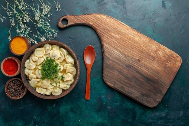 Vista dall'alto deliziosa zuppa di gnocchi con diversi condimenti su cibo vegetale di pasta di zuppa di superficie scura