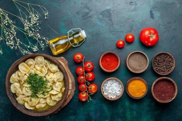 Vista dall'alto una deliziosa zuppa di gnocchi con diversi condimenti sul cibo a base di carne di zuppa di farina di pasta di superficie verde