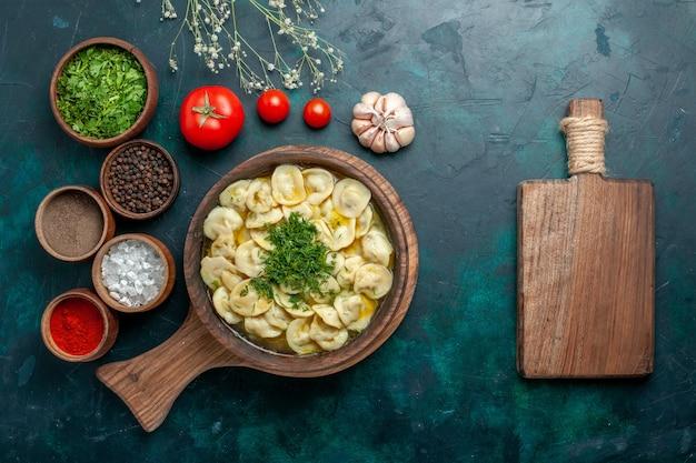 Vista dall'alto una deliziosa zuppa di gnocchi con diversi condimenti su una superficie verde pasta vegetale zuppa di carne