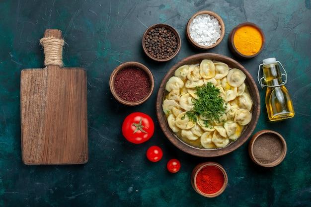 Vista dall'alto deliziosa zuppa di gnocchi con diversi condimenti sul cibo di zuppa di pasta vegetale di carne superficie verde