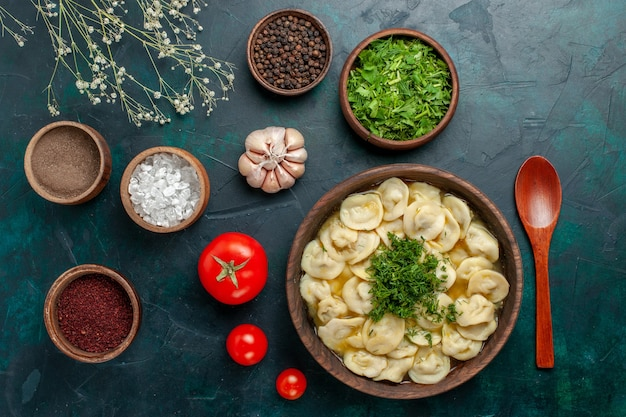 Vista dall'alto deliziosa zuppa di gnocchi con diversi condimenti su una superficie verde zuppa di carne di cibo pasta verdure