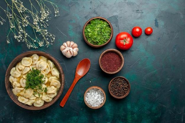 Vista dall'alto deliziosa zuppa di gnocchi con diversi condimenti sulla superficie verde zuppa di carne di cibo vegetale impasto