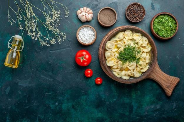 Vista dall'alto deliziosa zuppa di gnocchi con diversi condimenti su una superficie verde zuppa di verdure pasta carne Foto Gratuite