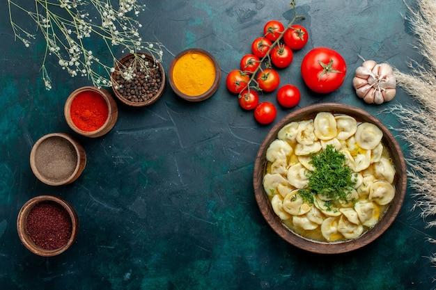 濃い緑色の背景にさまざまな調味料を使ったおいしい餃子スープ