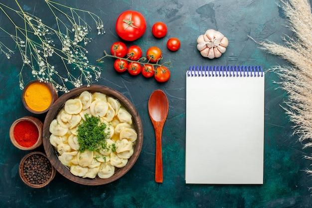 濃い緑色の背景にさまざまな調味料を使ったおいしい餃子スープスープ生地野菜肉料理