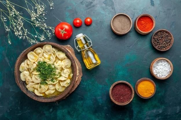 녹색 배경 반죽 식사 수프 고기 음식 야채에 다른 조미료와 상위 뷰 맛있는 만두 수프