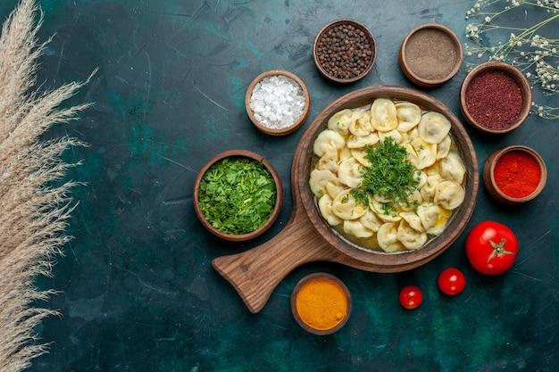 上面図緑の表面にさまざまな調味料を使ったおいしい餃子スープ食品肉野菜生地スープ