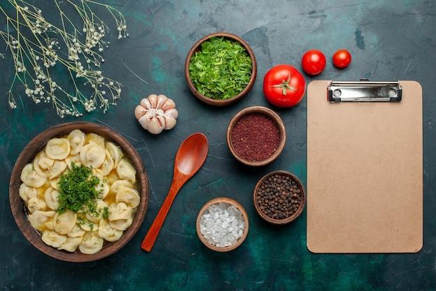 Вид сверху вкусный суп с клецками с разными приправами на зеленой поверхности суп еда мясо овощное тесто