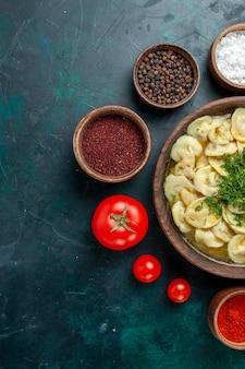 녹색 벽 고기 야채 음식 반죽 수프에 다른 조미료와 상위 뷰 맛있는 만두 수프