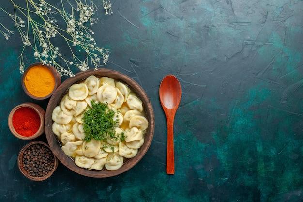 Vista dall'alto deliziosa zuppa di gnocchi con verdure e condimenti diversi su cibo vegetale di pasta zuppa scura scrivania