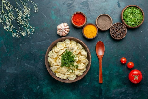 Vista dall'alto una deliziosa zuppa di gnocchi con verdure e condimenti diversi sul cibo di verdure di pasta di zuppa di superficie scura