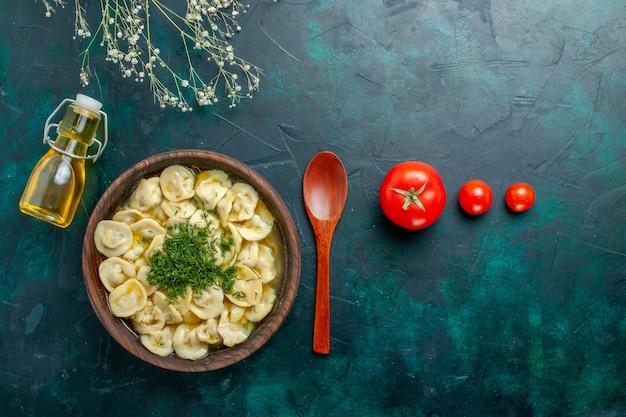 Vista dall'alto deliziosa zuppa di gnocchi con olio su sfondo verde cibo pasto zuppa di carne di pasta