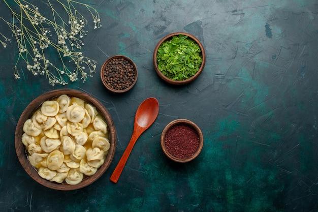 Vista dall'alto deliziosa zuppa di gnocchi con condimenti su sfondo verde scuro zuppa di carne di cibo di pasta vegetale