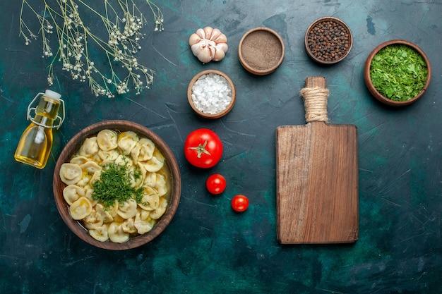 Vista dall'alto deliziosa zuppa di gnocchi con condimenti sulla carne di pasta di zuppa di farina di superficie verde