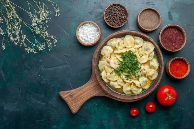 上面図緑の表面に調味料が入ったおいしい餃子スープ肉野菜生地スープ