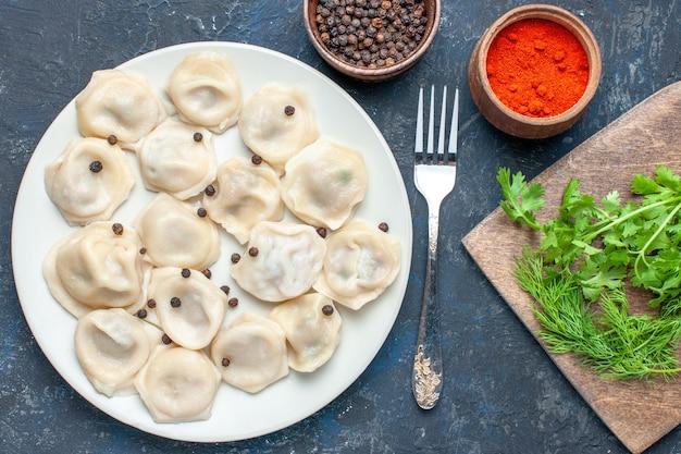 Vista dall'alto di deliziosi gnocchi all'interno del piatto insieme a pepe e verdure su calorie scure, carne cena cibo pasto pasto pasta