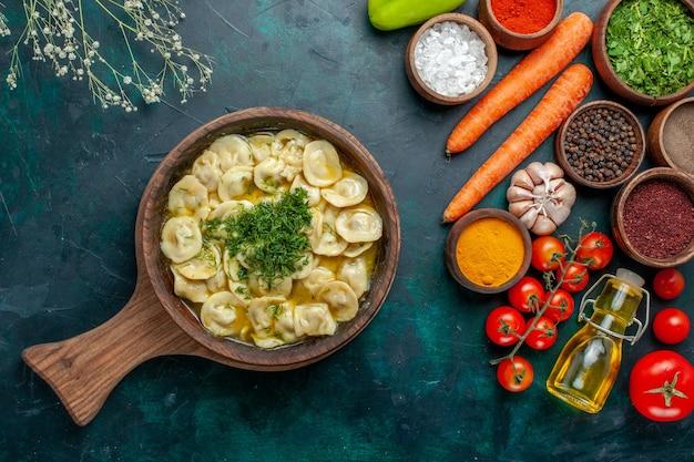 Вид сверху вкусные пельмени с овощами и разными приправами на темно-зеленой поверхности еда ингредиент продукт тесто мясо