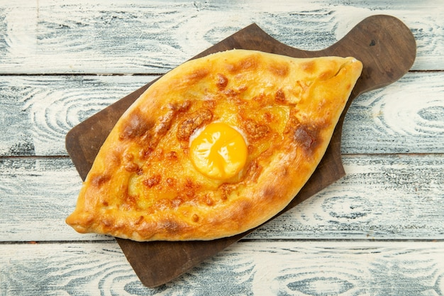 Vista dall'alto delizioso pane all'uovo cotto sulla scrivania rustica grigia