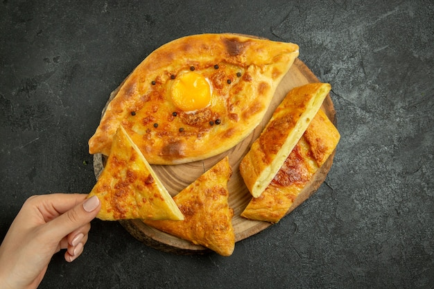 灰色の空間でスライスして焼き上げたおいしい卵パンの上面図