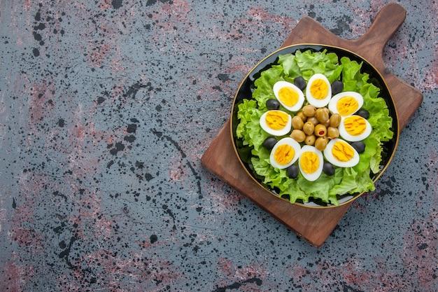 Вид сверху вкусный яичный салат на светлом фоне