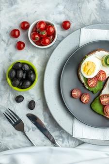 Вид сверху вкусные яичные бутерброды внутри тарелки на белом фоне сэндвич гамбургер еда хлеб обед диетическое питание тосты здоровье