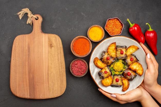 상위 뷰 맛있는 가지 롤 어두운 책상에 구운 감자와 요리 요리 감자 요리 식사 저녁 음식 요리