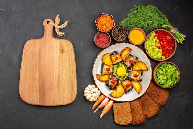 上面図おいしいナスロール調理済みの皿にジャガイモとパンを暗い背景に調理する料理料理はフライポテトを焼く