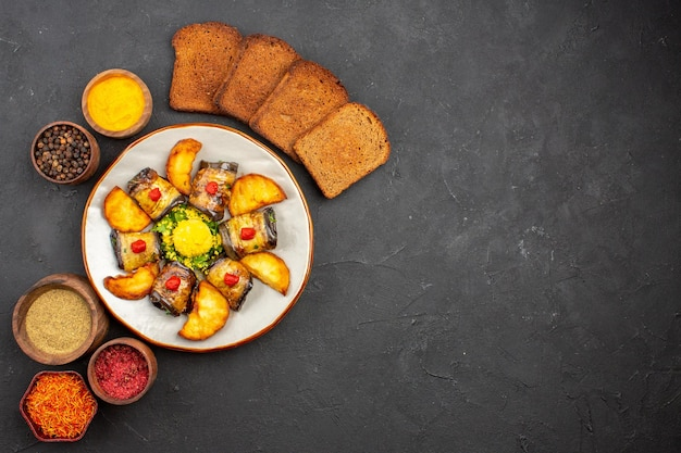 上面図おいしいナスロール調理済みの料理、ポテトパンと調味料を暗い背景に料理料理ポテトフライベイク