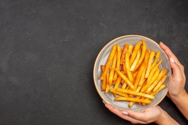 어두운 배경 감자 식사 샌드위치 요리 햄버거에 접시 안에 상위 뷰 맛있는 감자 튀김 무료 사진