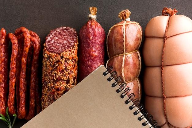 Вид сверху вкусной свежей свинины на столе