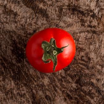 Вид сверху вкусный свежий помидор
