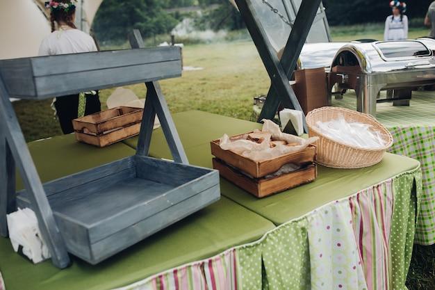 Vista dall'alto del delizioso pane integrale fresco in un cesto con carta da forno all'interno. primo piano delle pagnotte di pane tagliate in un cestino.